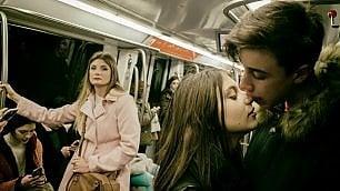 Baci rubati nella notte tra monumenti e stazioni