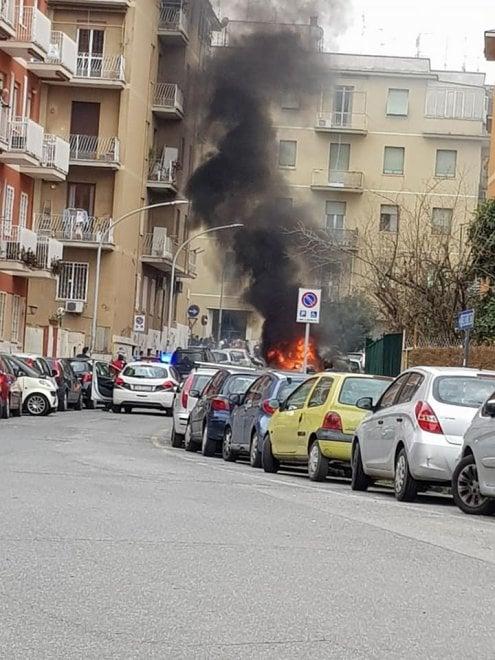 Roma, a fuoco cassonetti in via Lunati sulla Portuense