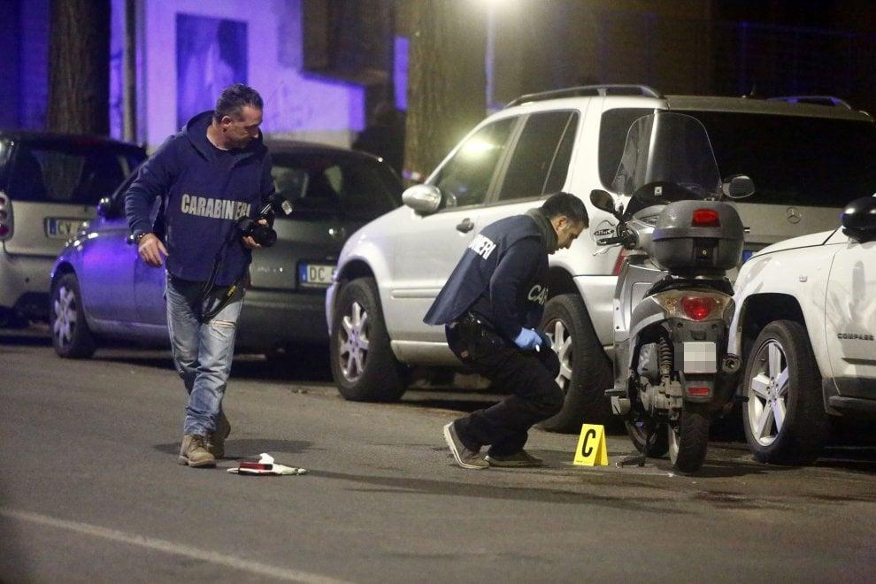 Roma, auto forza posto di blocco e fugge: carabiniere spara e ferisce due passanti