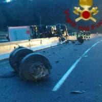 Roma, A1, tir con bombole gas si ribalta e causa incidente: 2 feriti