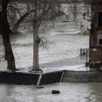 Roma, allarme piena per il Tevere. Protezione civile chiude accessi al fiume e banchine