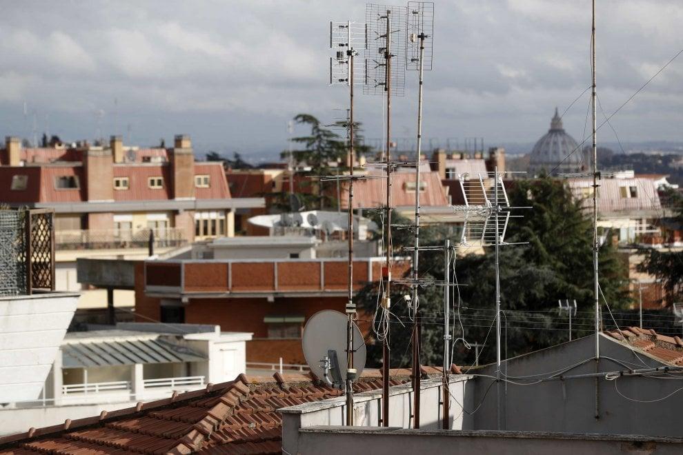 Scempio nel centro storico, antenne e tubi di acciaio sui tetti di Roma