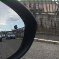 Roma, sassi sulle auto per truffa specchietto: due arresti