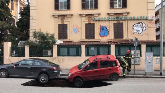 Emergenza buche a Roma, si apre voragine in circonvallazione Appia: auto restano in bilico