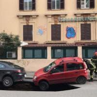 Emergenza buche a Roma, si apre voragine in circonvallazione Appia: auto