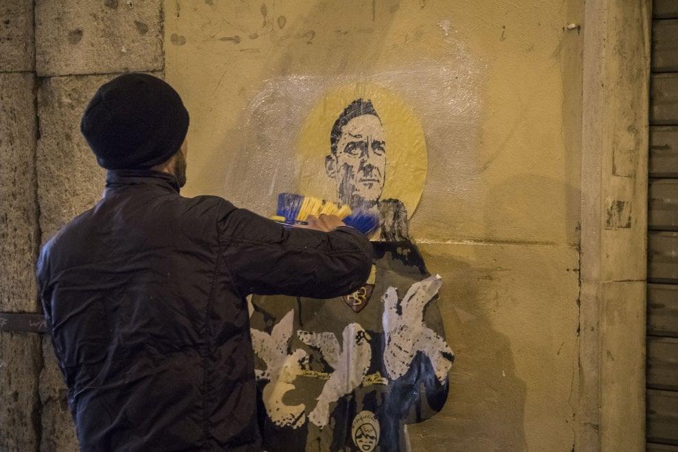 Il bacio tra Salvini e di Maio e Totti vestito da San Francesco: spuntano i murales di TVBOY a Roma
