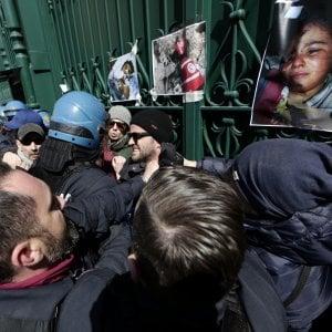 Stop massacri ad Afrin, l'ambasciata di Turchia assediasta da una caterna umana