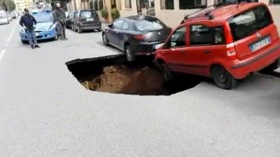 """Voragine su circonvallazione Appia a Roma, il municipio: """"Crollo causato dal collettore fognario"""""""