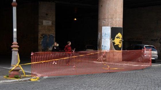 Emergenza buche a Roma: chiuso a metà sottopasso in zona Termini. Cittadini in piazza a Dragona contro le voragini