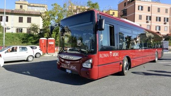 Roma, fermato senza biglietto sul bus aggredisce tre addetti Atac