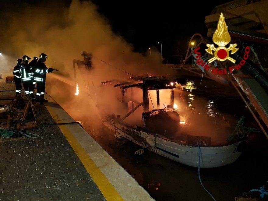 Fiumicino, incendio distrugge un peschereccio: nessun ferito
