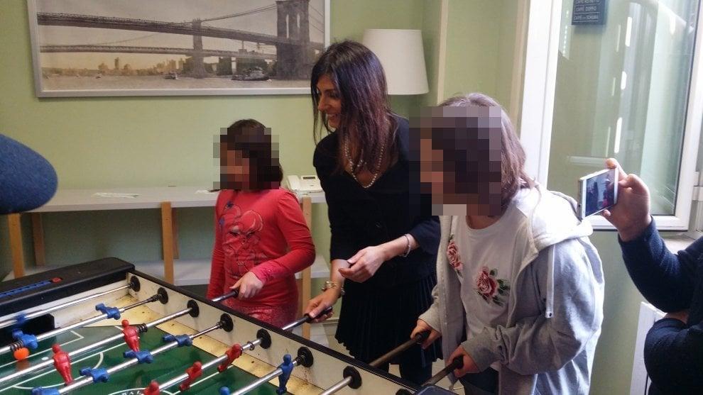 Roma, il fuoriprogramma di Raggi: gioca a biliardino con le ragazze di un centro giovanile
