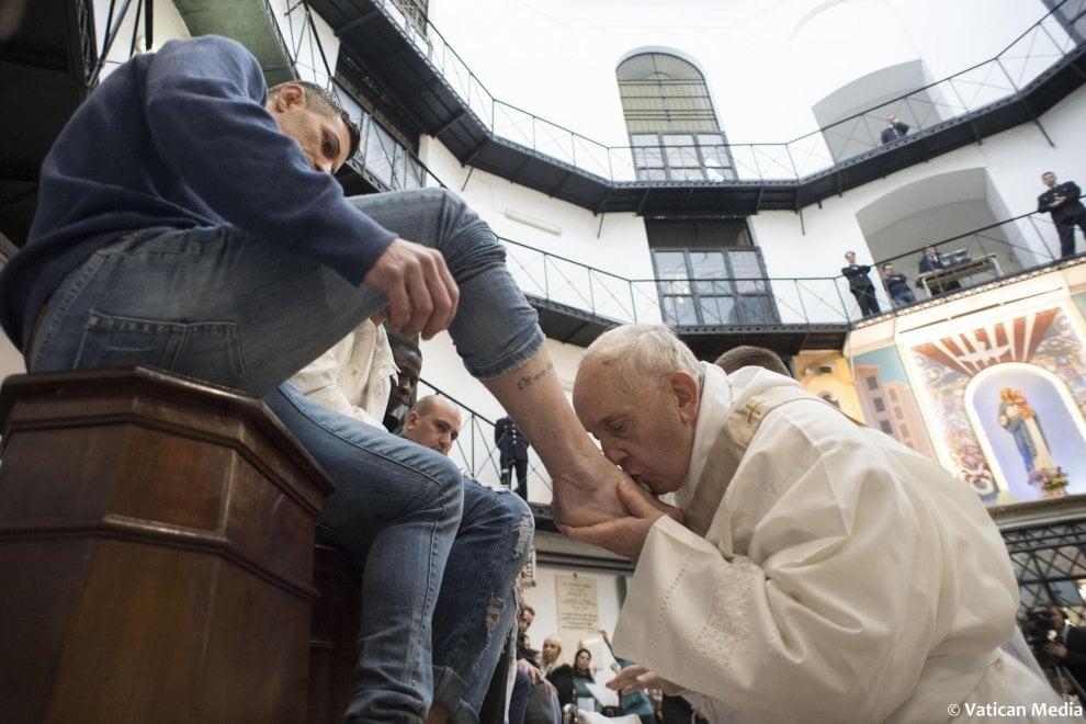 """Papa Francesco a Regina Coeli, lavanda dei piedi a 12 detenuti. E svela: mi opero di cataratta"""""""