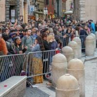 Roma, a Fontana di Trevi arrivano le transenne. Calca sui gradini, rischio sicurezza