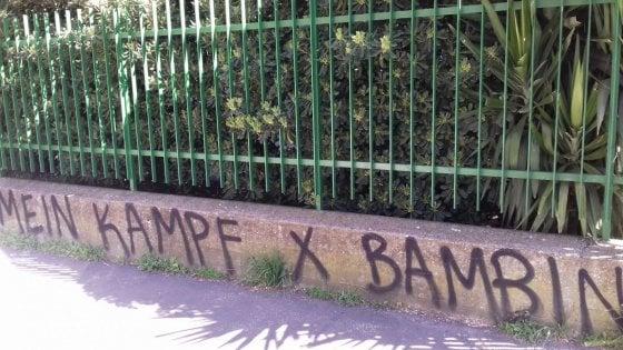 """Roma, """"Mein Kampf per bambini"""": scritta nazista davanti a una scuola materna ed elementare dell'Eur"""