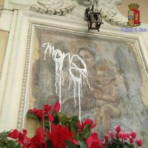 Roma, denunciato writer Marz: aveva imbrattato edicola Madonna dell'Arco