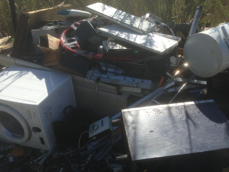Roma, rifiuti ed elettrodomestici abbandonati: la 'frigo valley'  sotto il viadotto della Magliana