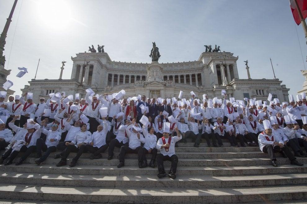 Roma, la sfilata dei cuochi al Campidoglio per i 50 anni della Fic
