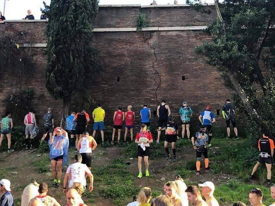 Maratona di Roma, atleti fanno pipì contro il muro