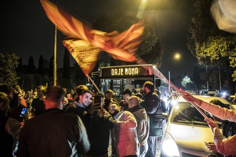 """""""Daje Roma"""", sul display dell'autobus la gioia per la vittoria col Barcellona"""