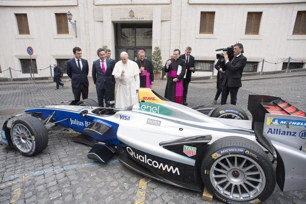 Il Papa benedice un'auto elettrica della Formula E