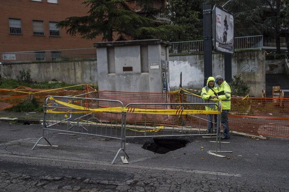 Roma, voragine in via Flaminia: chiuso il tratto di strada
