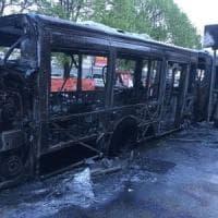 Roma, bus a fuoco in via di Portonaccio: nessun ferito