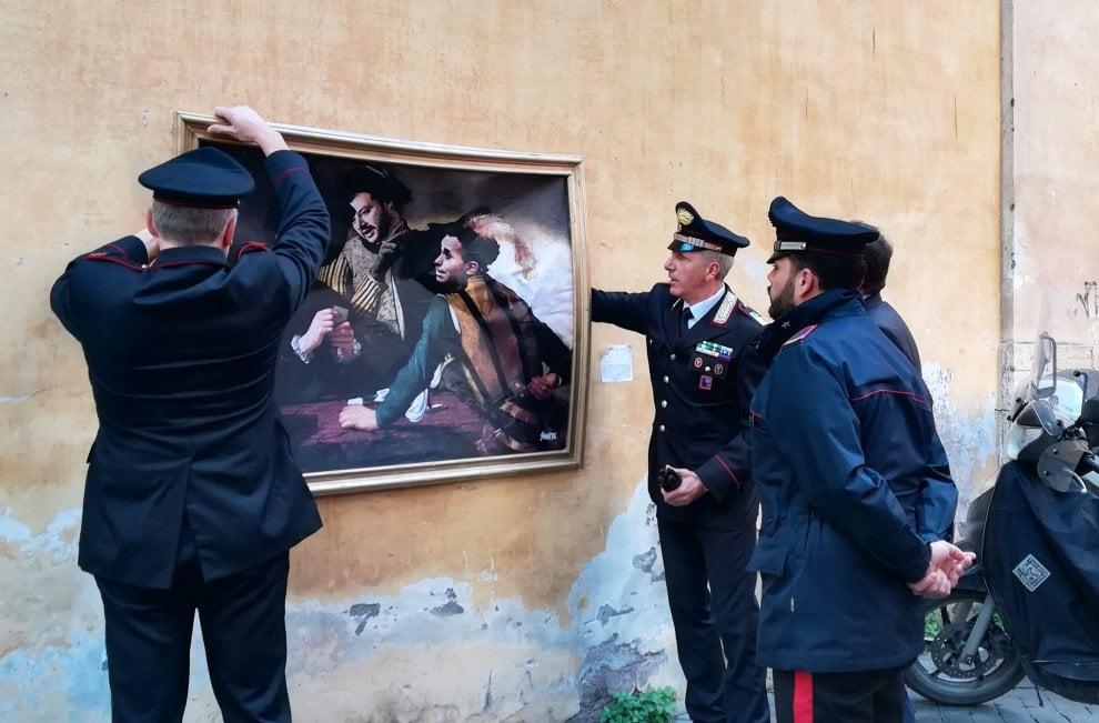 Roma, rimosso il murales con le facce di Salvini, Di Maio e Berlusconi al posto dei 'bari' di Caravaggio