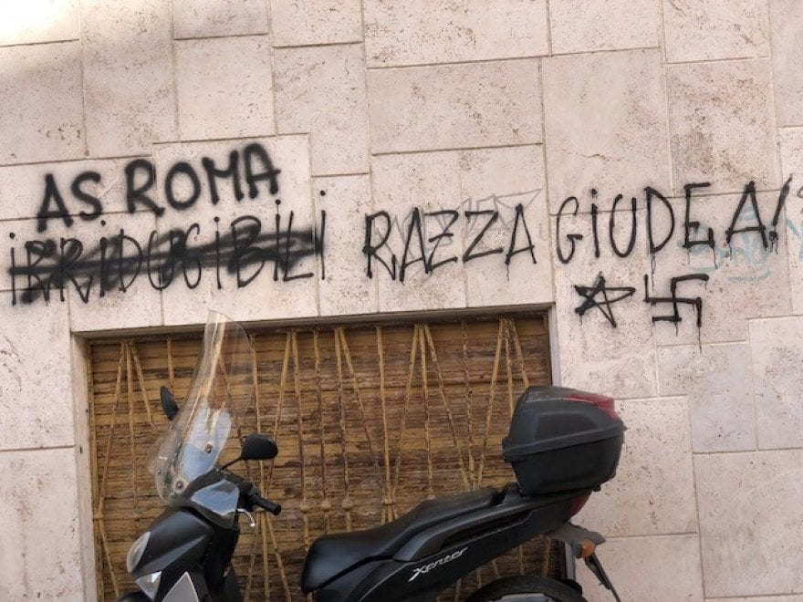 Roma, scritta con svastica su un muro ai Parioli