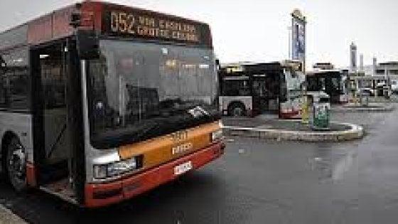 Roma, autista del bus aggredito in centro da tre giovani