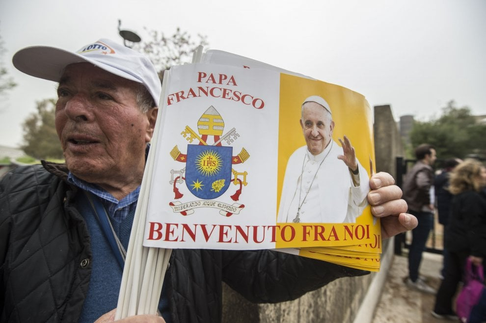 Roma, Papa Francesco a Corviale: giro intorno al Serpentone e bagno di folla