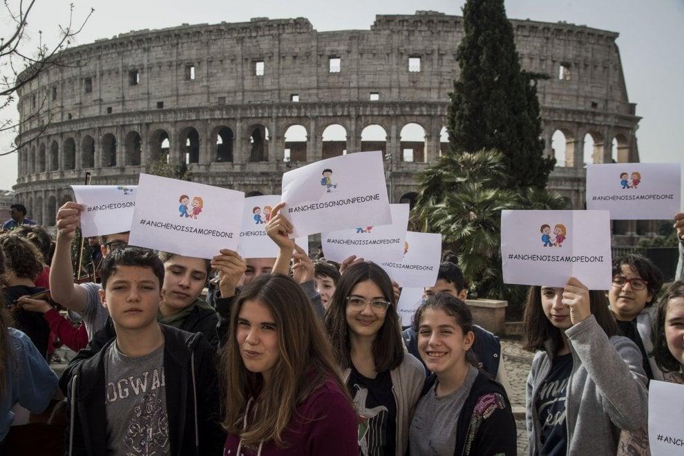 Roma, flash mob degli studenti contro il piano del Comune per largo Agnesi