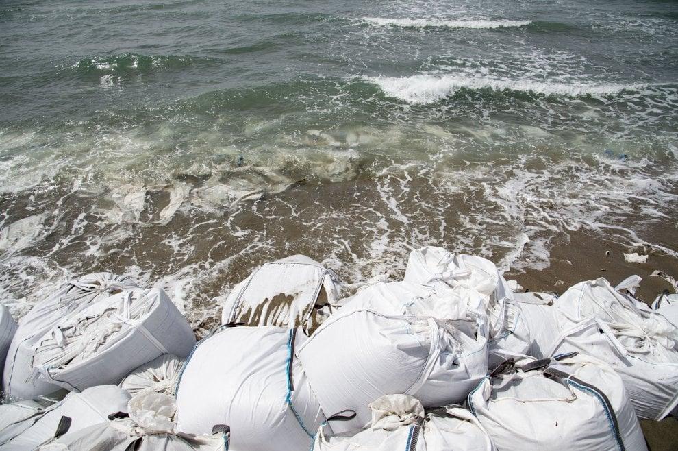 Fregene, sacchi di sabbia per fermare l'erosione: balneari in ginocchio