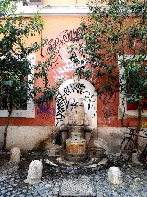 Roma, sfregiata la Fontana della Botte a Trastevere