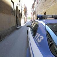 Roma, butta il cane dal settimo piano e poi aggredisce gli agenti che consolano
