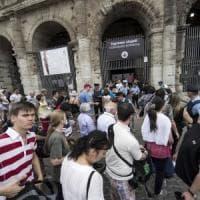 Piazza del Colosseo, l'eterno degrado: bazar a cielo aperto dove tutto si