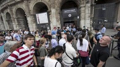 Piazza del Colosseo, l'eterno degrado: bazar a cielo aperto dove tutto si paga