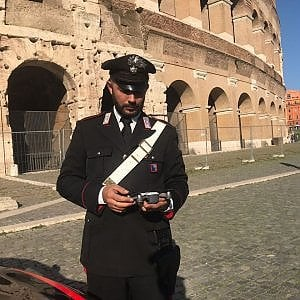 Colosseo, il drone di due ragazzi si incastra tra le arcate: denunciati