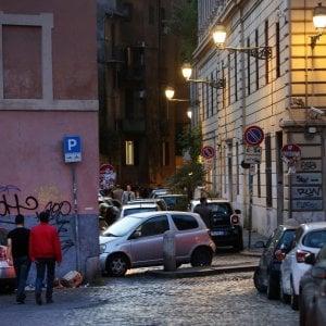 """Roma, coppia gay aggredita a Trastevere """" Ci hanno insultati e poi presi a calci"""""""