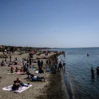 Roma, primo assaggio d'estate: litorale di Ostia preso d'assalto