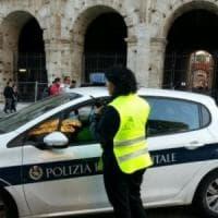 Roma, al Colosseo con un coltello minaccia passanti: ferito un vigile