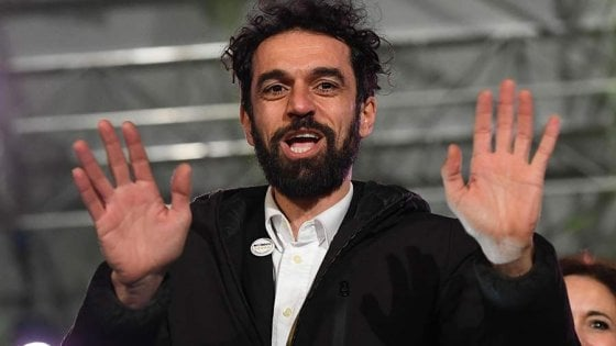 """Roma, dopo flop alle elezioni ex Iena Giarrusso entra nello staff di Lombardi. È polemica. Lui: """"Attacchi penosi"""""""