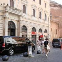 Pullman e minivan intorno ai monumenti di Roma, l'invasione è continua