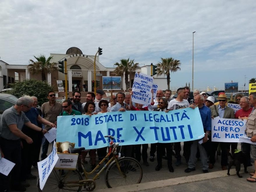 Ostia, la protesta davanti al lido del presidente di Federbalneari