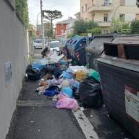 Roma, emergenza spazzatura: strade invase dai rifiuti