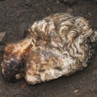 Ostia Antica regala una nuova meraviglia: ritrovata un'antica testa marmorea nel parco archeologico