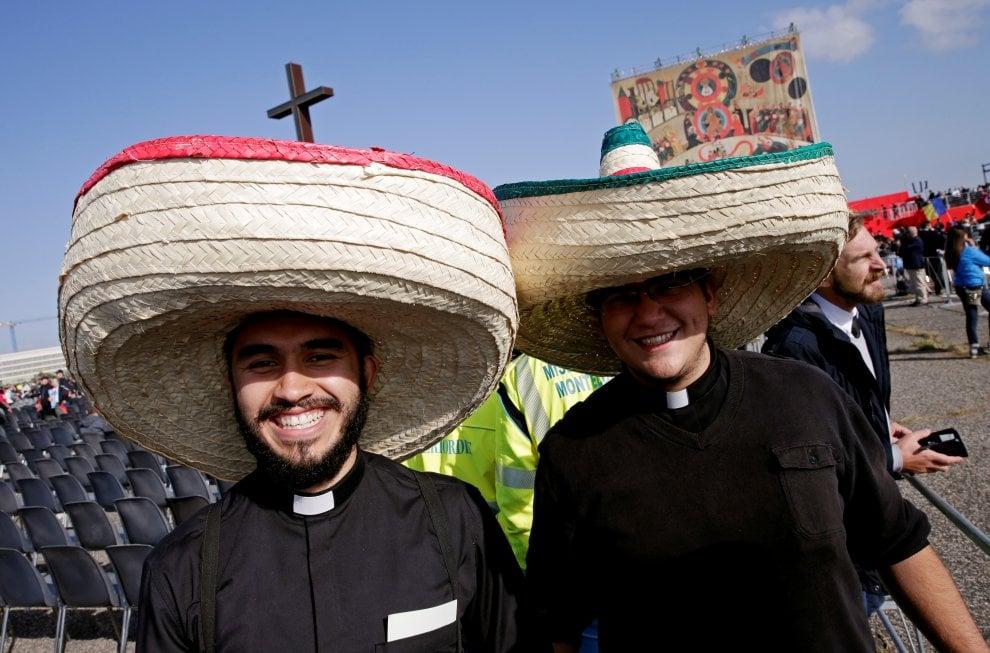 """Il Papa a Tor Vergata, incontro con i neocatecumenali: """"Chiesa è libera solo svincolata da potere e denaro"""""""