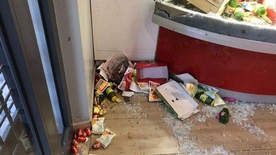 """Roma, raid dei Casamonica nel bar a Pasqua: 4 arresti,. Gip: """"Padroni del territorio"""".  Aggredita troupe tv"""