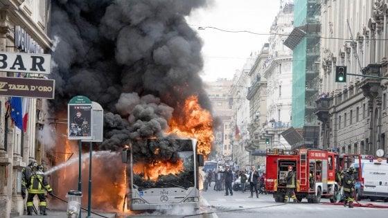 """Roma, autobus a fuoco in pieno centro. Commessa  ustionata. Procura: """"Rischio incolumità pubblica"""""""