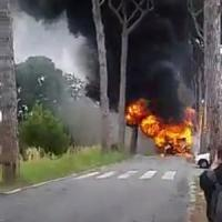 Roma, bus a fuoco a Castel Porziano. E' una linea scolastica: nessun ferito